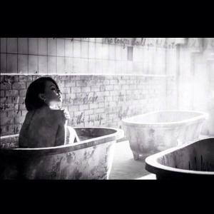 131120-cl-insta-bathtub