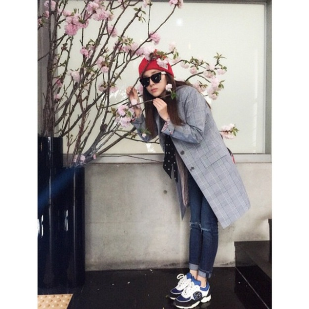 150331_dara_The truth about the cherry blossoms viewing..in front of the elevator in the building 😁 kkk i came to work~ it's refreshing~